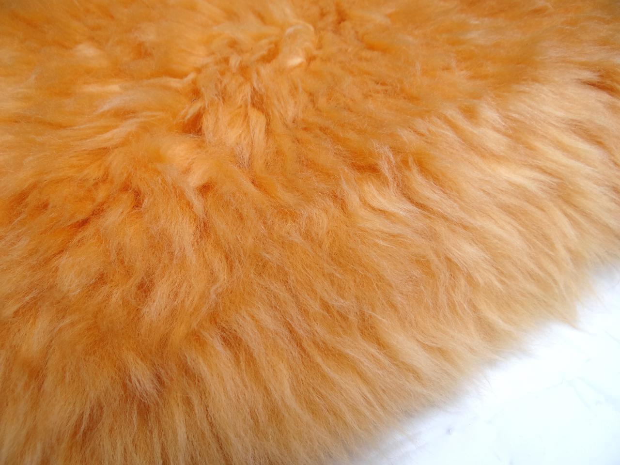 caresse coussin peau de mouton orange coussins en peau de mouton n 2529 50x50cm. Black Bedroom Furniture Sets. Home Design Ideas